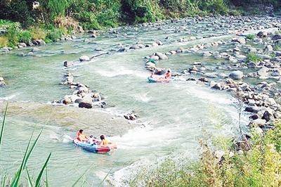 青山秀水千岛湖  千岛湖位于浙江省杭州市淳安县,这是个山岭起伏